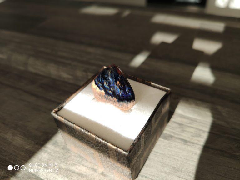 přívěsek na krk, šperk ze dřeva a pryskyřice